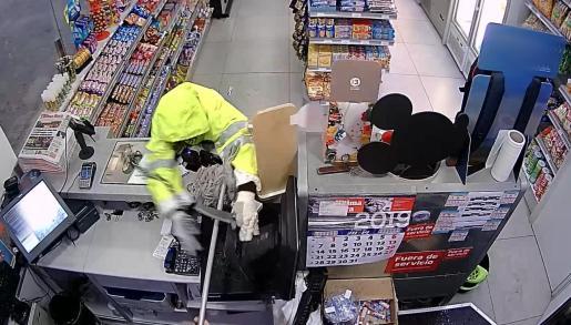 Uno de los detenidos captados por la cámara de seguridad en una gasolinera.