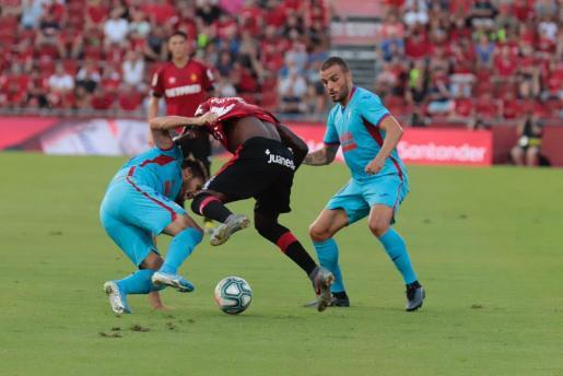 Lago Junior intenta superar a dos jugadores del Eibar durante el encuentro disputado en Son Moix.