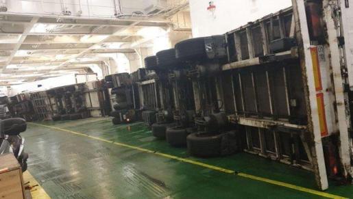 Imagen de los camiones volcados en el 'Hypatia de Alejandría'.
