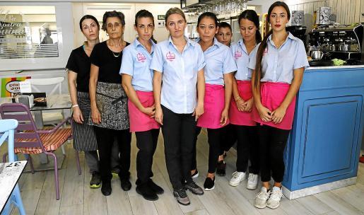 Las compañeras de Benita Buñola, en el Forn sa Ràpita, este jueves por la mañana.