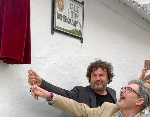 Zapata y el alcade de Alcaudete, Valeriano Martín Cano, este jueves en la inauguración de la calle que lleva el nombre del pintor.