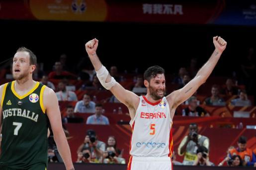 El mallorquín Rudy Fernández celebra el pase a la final tras derrotar a Australia después de dos prórrogas por 95-88, en la primera semifinal del Mundial de Baloncesto de China 2019 disputada este viernes en el pabellón Wukesong de Pekín.
