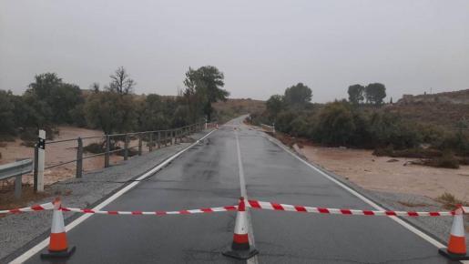 Imagen de una carretera cortada en Granada.