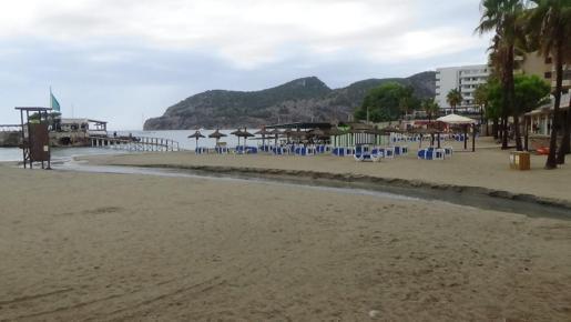 La playa de Camp de Mar, partida en dos por una torrentada.