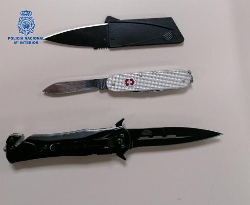 El sospechoso llevaba un DNI falsificado, además de tres cuchillos.