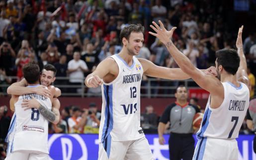 Emoción de los jugadores argentinos tras ganar el encuentro.