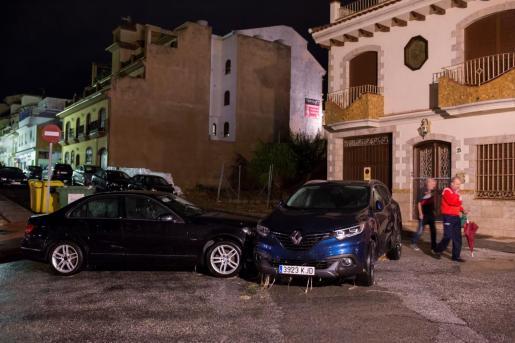 Varios de los vehículos que han sido arrastrados por las lluvias registradas la pasada noche en la localidad malagueña de Alhaurín El Grande.