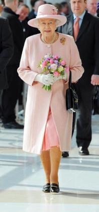 La reina Isabel II, durante una visita a las instalaciones de la BBC, en Salford, cerca de Manchester.