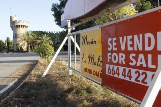Hace aproximadamente quince días que los carteles de 'Se vende' han regresado al solar del mítico Foro de Mallorca. La propiedad, que adquirió el complejo en 2014, un año después de que saliera a la venta por 980.000 euros, pide ahora 2,9 millones de euros por la operación.