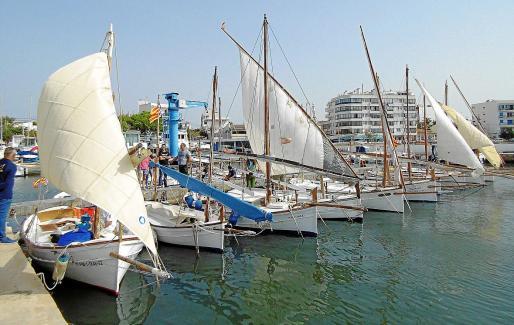 Aspecto de parte de la flota preparándose para la regata en los pantalanes del Club Nàutic Cala Gamba.