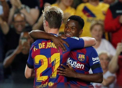 Frenkie de Jong felicita a Ansu Fati tras anotar el joven jugador el primer gol del Barça.