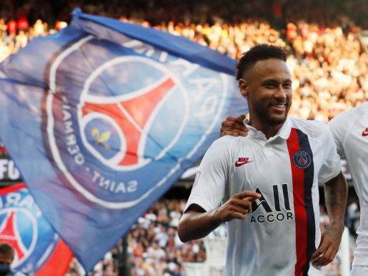 El jugador del PSG Neymar celebra el gol marcado ante el Estrasburgo en la liga francesa.