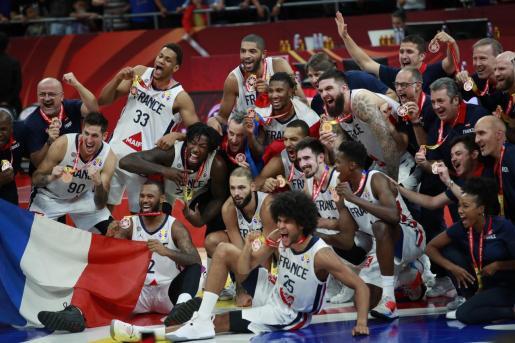 La selección francesa celebra la medalla de bronce en el Mundial de Baloncesto celebrado en China.