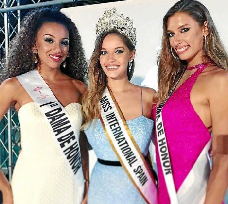 Claudia Cruz, radiante, luciendo la banda y corona de Miss International Spain.