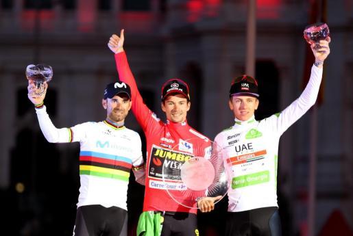 El ciclista esloveno del equipo Jumbo-Visma, Primôz Roglic (c), celebra junto a Alejandro Valverde (i) del equipo Movistar, segundo clasificado y Tadej Pogacar (d) del equipo UAE Emirates, tercero, tras coronarse como ganador de La Vuelta a España 2019, en la vigésimo primera y última etapa que ha salido de Fuenlabrada y con meta en Madrid.
