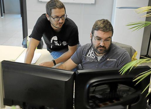 Dos informáticos trabajan para mejorar los servicios de esta aplicación que se lanza para mejorar la comunicación entre los padres y los centros educativos.