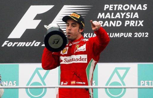 El piloto español de Fórmula Uno Fernando Alonso, de la escudería Ferrari, celebra su victoria en el Gran Premio de Malasia.