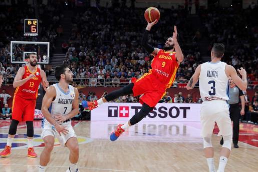 El base español Ricky Rubio (c) lanza el balón durante el partido ante Argentina de la final del Mundial de Baloncesto de China 2019.