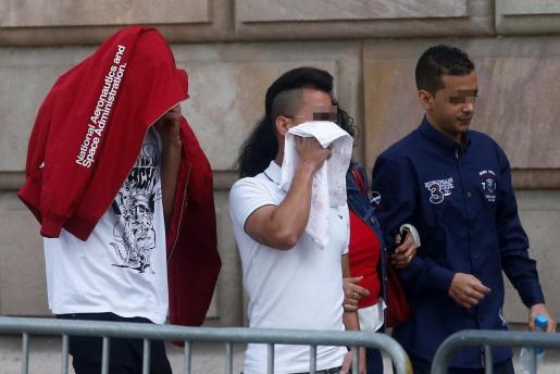 Tres de los siete acusados por la violación múltiple de una menor en Manresa en octubre de 2016 entran a la audiencia de Barcelona, donde continúa el juicio.