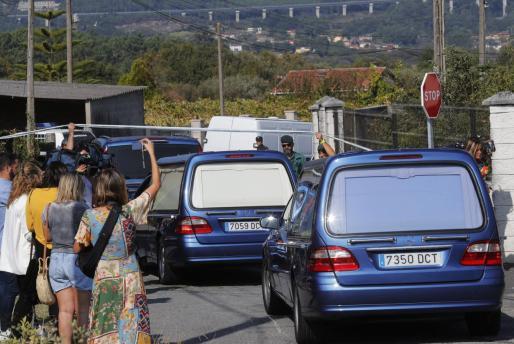 Vista de la zona precintada por el triple crimen cometido en la parroquia de Cordeiro de Valga (Pontevedra).