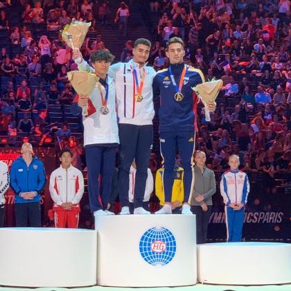 Adrià Vera -derecha- posa en el podio de la final de salto de la Copa del Mundo de gimnasia artística celebrada en París.
