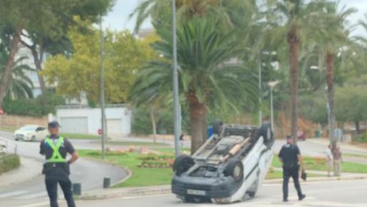 Imagen del vehículo que ha volcado este lunes en la calle Barranc, en Cas Català.