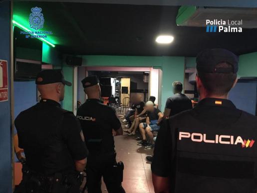 Agentes de policía durante uno de los controles en locales de Playa de Palma.