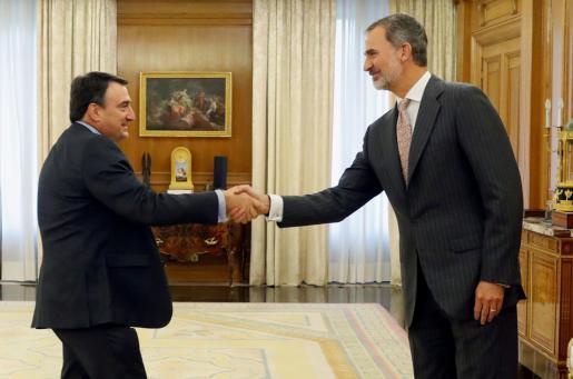 El rey Felipe VI recibe en audiencia al portavoz del Partido Nacionalista Vasco (PNV) en el Congreso, Aitor Esteban.