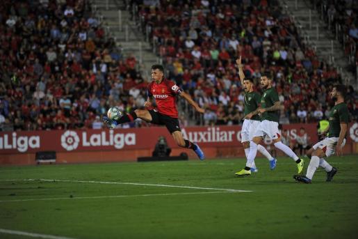 El jugador del Real Mallorca Ante Budimir dispara a puerta durante el partido ante el Athletic Club de Bilbao en Son Moix.