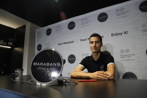 Mario Mola atiende a los medios en Marabans Coffee & Tea en Can Picafort.