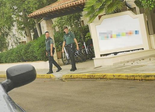 Agentes de la Guardia Civil, saliendo del hotel una vez interceptado el falso socorrista.