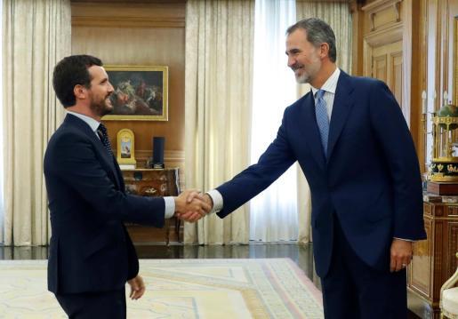 El rey Felipe VI saluda al presidente del Partido Popular, Pablo Casado.
