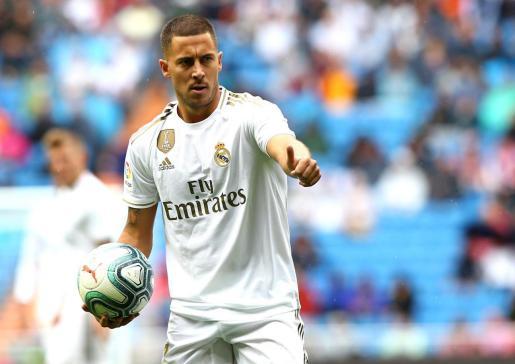 El jugador del Real Madrid Hazard realiza un gesto de aprobación durante el partido ante el Levante en el Santiago Bernabéu.