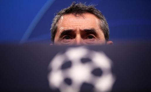 El entrenador del Barcelona, Ernesto Valverde, atiende a los medios de comunicación en la rueda de prensa previa al partido que enfrentará a su equipo con el Borussia en Dortmund.