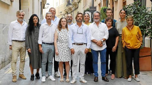 Los responsables de las galerías que participan en la Nit de l'Art posaron este martes en Sant Feliu, antes de la presentación del evento.