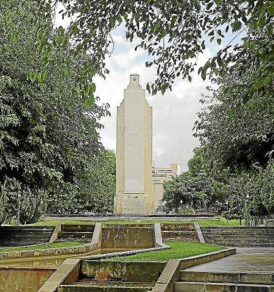 Una medida cautelar judicial paraliza el derribo del monumento.
