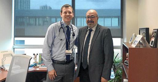 Pablo Escribá, a la derecha, con Derek Hanson, investigador principal del estudio clínico en Estados Unidos.