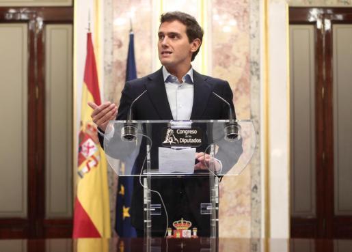 El presidente de Ciudadanos, Albert Rivera, en rueda de prensa ante los medios de comunicación.