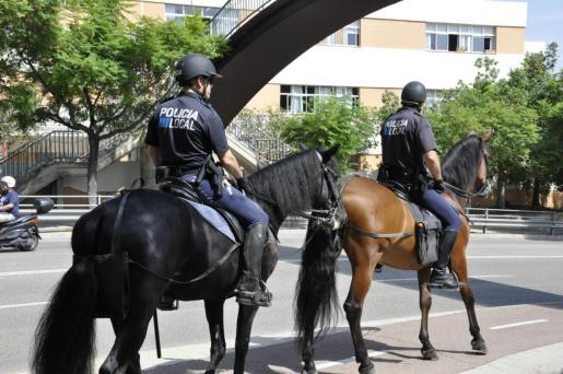 Dos agentes de la Policía Montada de Palma patrullando por uno de los barrios de la ciudad.