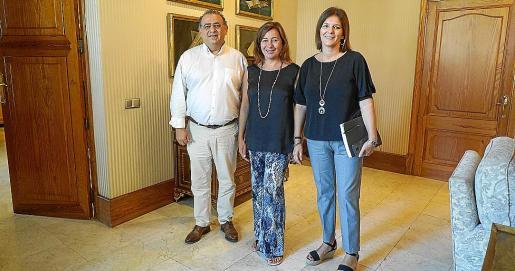 El alcalde de Calvià, Alfonso Rodríguez (izquierda) y la primera teniente de alcalde, Nati Francés (derecha), se reunieron este miércoles con la presidenta del Govern, Francina Armengol, para tratar, esencialmente, sobre temas de vivienda.