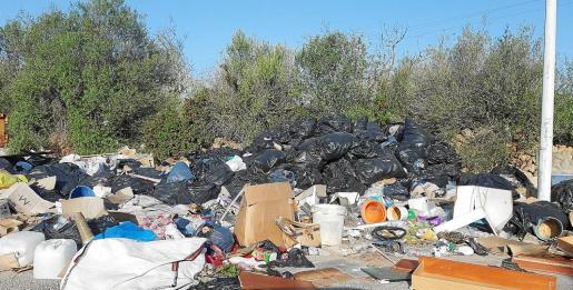 La acumulación de montañas de basura en el polígono de Son Noguera no es fruto de un día ni de una semana. El Ajuntament de Llucmajor debe trabajar para evitar estas situaciones.