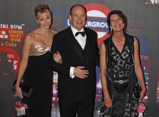 Alberto de Mónaco junto a su hermana Carolina y su esposa Charlene.