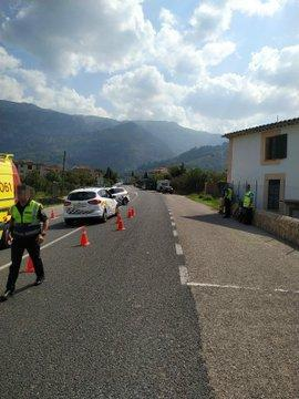 Agentes de la Policía Local de Sóller en el lugar del accidente.