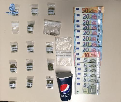 Bolsitas de marihuana y dinero decomisado por la policía.