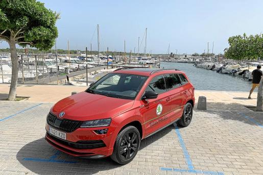 El fondo de un rincón del puerto de la Colònia de Sant Jordi nos ha servido como escenario ideal para este vehículo que ofrece una imagen elegante y deportiva.
