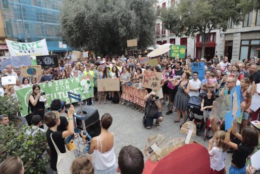 Los participantes en la concentración reivindicaron la reducción de las emisiones de gases de efecto invernadero y la declaración inmediata de la emergencia climática, de acuerdo con lo que establece la ciencia y con criterios de justicia social.