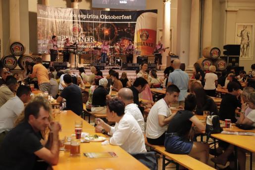 El público asistente a la apertura disfrutó con la propuesta gastronómica y musical de la tradición alemana .
