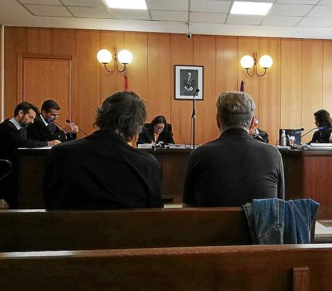 El acusado, a la derecha, junto a un intérprete en el juicio.