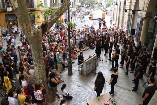El concierto del Cor Juvenil del Principal, dirigido por Pere Víctor Rado, reunió numeroso público frente al teatro.