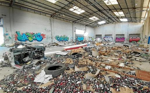 En los últimos meses se han vertido escombros de uralita en una de las naves del edificio.